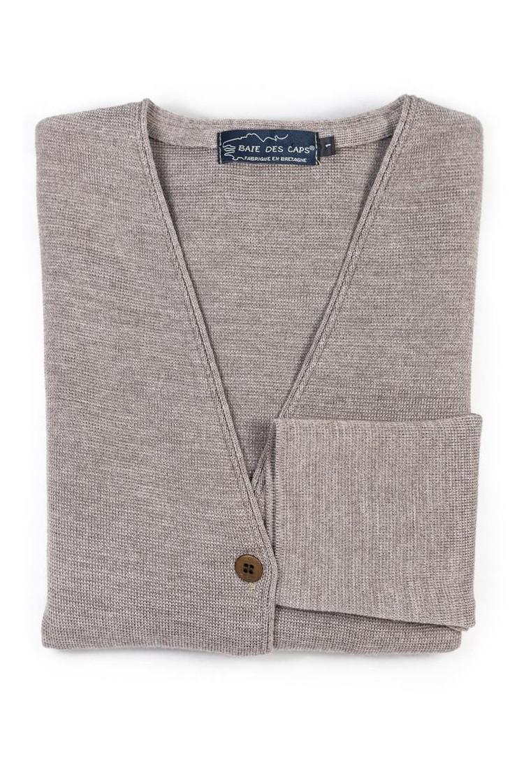 veste col V PEN GUEN taupe - 50% laine coupe ajustée, avec deux poches.