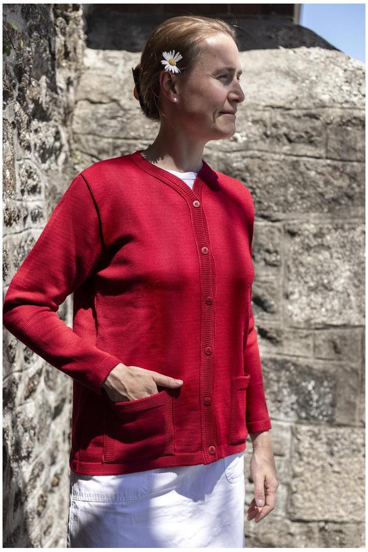 Gilet col rond, pointant légérement vers les boutonnières BORNEO rouge - 50% laine coupe droite, poches plaquées.