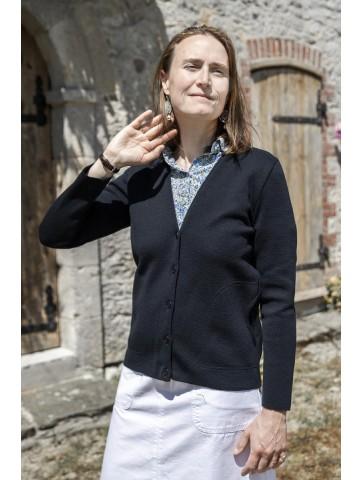 Veste col V PEN GUEN bleu marine - 50% laine coupe ajustée, avec deux poches.